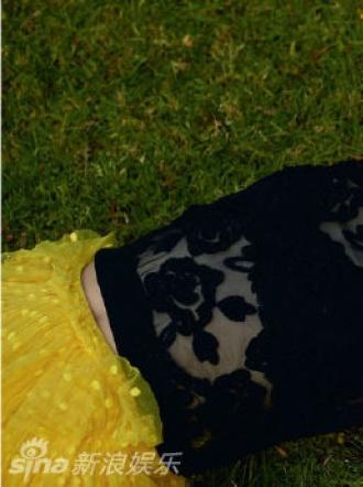 艾丽·范宁登杂志封面秀小蛮腰 复古造型身姿优雅