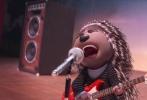 """由小黄人团队全新打造的动画电影《欢乐好声音》将于2月17日在国内上映。该片邀请到90后新势力歌手吴莫愁加盟影片中文版配音。今日,片方发布一支吴莫愁配音特辑,吴莫愁现场配音片段首度曝光,在配音过程中,她完全沉醉在""""摇滚豪猪""""艾希这个角色中。"""