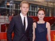 《糜骨之壤》柏林首映 男星Borys与女友牵手虐狗