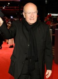 德国著名导演施隆多夫现身 兴高采烈挥手致意