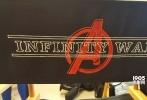 """日前,由罗素兄弟执导的《复仇者联盟3:无限战争》曝光一张新概念图,""""美国队长""""克斯里·埃文斯、""""星爵""""克里斯·普拉特、""""蜘蛛侠""""汤姆·赫兰德、""""钢铁侠""""小罗伯特·唐尼、长大后的树人、浣熊均亮相。其中,美队的造型与之前在漫展上公布的沙龙网上娱乐里的不太一样,沙龙网上娱乐里,美队以长发胡须造型出现,在这张图上,美队依然是短发。蜘蛛侠身上的战服也和之前的不一样。树人已经是《银河护卫队2》彩蛋中的青年模样。"""