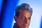 """近日,漫威电影的大作《雷神3:诸神黄昏》登上了《娱乐周刊》的封面,并发布了数张剧照。在剧照上,一直以来都是长发造型的雷神,更换成了短发造型。而且他并没有拿起自己的""""锤子"""",而是换上了利剑和盾牌。这不禁令人好奇,在他身上究竟发生了什么。除了雷神的造型得到了曝光之外,洛基、凯特·布兰切特饰演的海拉以及泰莎·汤普森饰演的瓦尔基里都出现在了剧照之中。"""