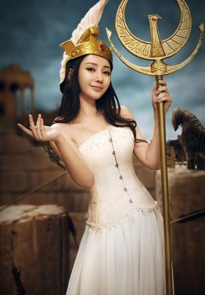 柳岩束胸白袍化身性感女神 不惧冷风酥胸迷人