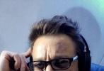 """凯伦·吉兰最近在自己的Instagram上晒了一张《复仇者联盟3:无限战争》(以下简称《复联3》)的幕后照,在一天的拍摄结束后,""""星云""""特效化妆的面具残破不堪、惨遭蹂躏。不过工作人员预留了一些空间,以便在拍摄结束时便于私下为演员""""松绑""""。早前吉兰透露《复联3》中将会展示""""星云""""不为人知的一面,她黑暗的过往经历或许比观众想象得还要严酷。"""