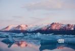 当各式美好的事物汇聚在一起时,会给人一种近乎奇幻的不真实感。不光因为这里有魔鬼城域般的地貌,来自北大西洋的海风、冰川与瀑布、火山与地热,以及雷德利·斯科特、诺兰、沃卓斯基姐妹、J·J·艾布拉姆斯等名导创造的影像,共同构成了冰岛独有的奇幻气质。
