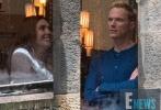 """在《雷神3:诸神的黄昏》预告中,凯特·布兰切特饰演的""""死神""""海拉赤手空拳粉碎了""""雷神之锤"""",引发许多粉丝猜测。近日《复仇者联盟3:无限战争》(以下简称《复联3》)曝光了最新片场照,""""雷神之锤""""Mjolnir似乎完好无损,不知当时是否在拍闪回场景,还是锤子确已修复如新,回归到主人手中。"""