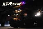 由刘德华监制并主演的《拆弹专家》将于4月28日领衔五一档上映。从此前曝光的物料中可以看到,影片斥巨资打造了大爆炸场面、警匪隧道百人火爆枪战等极具大片质感的场面,惊爆刺激夺人眼球。不光如此,影片最有紧张感的还当数一次次与死神争分夺秒的拆弹戏!