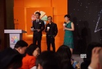 4月20日下午,第二届亚洲新媒体电影节新闻发布会在北京国际饭店会议中心举行。澳门电影协会会长蔡安安先生,上海电影艺术学院院长江泊先生,亚洲新媒体电影节秘书长、励行至上影业董事长金颂先生,亚洲新媒体电影节副秘书长、励行至上影业CEO董卓女士,亚洲新媒体电影节执行主任、励行至上影业COO张悦女士,香港影视导演、编剧、监制、制片人王晶先生,艺恩副总裁侯涛先生、乐视副总裁何亦云女士、企鹅影视自制剧业务部总经理方芳女士以及逾百家媒体共同出席了当天的活动。