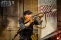 《战狼2》达康书记练单手换弹夹 受伤吃止疼药