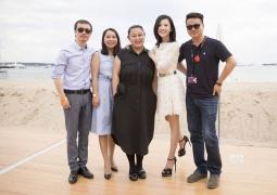 杨子姗亮相戛纳酒会 被她和导演这组海边照秒了