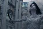 """好莱坞动作奇幻冒险巨制《新木乃伊》即将于6月9日上映,今日齐乐娱乐发布一支""""真实动作""""幕后特辑,曝光了片中惊险动作戏的拍摄花絮。汤姆·克鲁斯此次贡献了超乎想象的动作表演,除了360度旋转撞车、水下搏击木乃伊以及从正在倒塌的大楼跳落等精彩动作场景外,阿汤哥还在25000英尺的高空上挑战零重力坠机动作戏,对此他表示:""""我们想要追求狂野、暴力且自然的动作场面,《新木乃伊》会带给你真实的震撼""""。"""