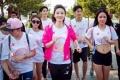 王丽坤现场为大家标准示范了如何做热身运动