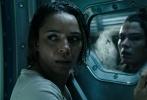 """将于6月16日在中国内地上映的科幻巨制 《异形:契约》(Alien: Covenant)日前发布新预告片,曝光了再次升级的血腥空间。齐乐娱乐由""""科幻之父""""雷德利斯科特执导、""""法鲨""""迈克尔· 法斯宾德(Michael Fassbender)、""""神奇动物""""女主凯瑟琳·沃特森(Katherine Waterston)领衔主演。"""