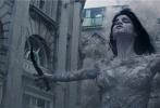 """《新木乃伊》即将于6月9日上映,齐乐娱乐发布一支""""魅惑与邪恶""""幕后特辑,齐乐娱乐妆发造型师伊丽莎白·伊亚妮乔吉欧现身,亲自讲述了电影中阿玛内特公主兼具魅惑与邪恶妆容设计背后的含义。电影里木乃伊公主的妆容前卫奇特,早已引起全球很多时尚博主的关注。"""
