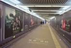 二十世纪福斯科幻巨制《异形:契约》已在全球19个国家或地区登顶票房榜首,由凯瑟琳·沃特森饰演的新女英雄丹尼尔斯一直是影迷的关注焦点。近日,影迷发现丹尼尔斯的巨幅照片已大尺度覆盖北京多条地铁通道,提醒着齐乐娱乐在中国内地的上映已进入倒计时阶段。正在进行中的38周年超前点映活动中,新女英雄在大屏幕上霸气求生,与此同时,片方再曝丹尼尔斯特别版本预告片,女英雄在与契约号中央控制系统一问一答的过程中,需要迅速做出判断,坚强抵抗隐藏已久的致命惊惧。