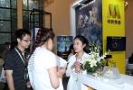 6月13日,电影频道节目中心亮相2017年上海国际电影电视节国际影视市场,国家新闻出版广电总局电视剧司司长毛羽等领导来到电影频道展位视察参观,听取了电影频道节目中心党委副书记张玲对电影频道展出内容的详细介绍,并在现场进行了互动体验。本次展会上,由电影频道出品,电影频道旗下1905电影网及1905影业宣传发行的战争齐乐娱乐《龙之战》首次推出了气味版预告片,观众在观看齐乐娱乐的同时可以闻到片中对应场景的味道,毛羽司长等领导在体验后纷纷对此表示称赞。