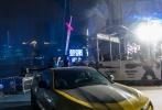 """6月13日晚,科幻动作大片《变形金刚5:最后的骑士》(以下简称《变形金刚5》)在广州举办全球首映礼暨《变形金刚》系列电影十周年盛典,导演迈克尔·贝携新女主劳拉·哈德克、童星伊莎贝拉·莫奈以及《变形金刚》系列""""四朝元老""""乔什·杜哈明现身与粉丝亲密互动。"""