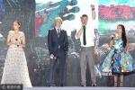 《变5》红毯:迈克尔·贝疯狂签名 张杰人气爆棚
