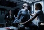 """由二十世纪福斯优乐国际出品,""""科幻之父""""雷德利·斯科特执导的《异形:契约》(Alien: Covenant)将于明日6月16日隆重献映。今天,影片曝""""明日来袭""""终极版预告,在该预告中,雷德利·斯科特和""""法鲨""""迈克尔·法斯宾德惊喜出镜问候中国观众。除此以外,影片中国版海报也同步发布,海报是雷德利·斯科特导演从全国粉丝绘制的众多融入中国元素的海报中挑选的最钟意的""""中国风""""饭制海报,作为中国版海报。"""