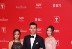 由香港导演邱礼涛执导,人气女星蔡卓妍、香港创作歌手周柏豪领衔主演主演,钟欣潼特别演出的《原谅他77次》将于6月23日内地公映。6月17日,主创走上上海国际电影节红毯,蔡卓妍、周柏豪、卫诗雅携手盛装亮相,引来现场媒体粉丝的尖叫欢迎。