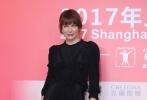"""第20届上海国际电影节闭幕式暨颁奖典礼即将于6月25日晚间举行。当天早些时候,两位闭幕式嘉宾伊莎贝尔`于佩尔和米拉`乔沃维奇现身新闻发布会。于佩尔更现场爆料自己即将在稍后的颁奖礼中担任重量级奖项——""""最佳影片""""的颁奖嘉宾,但她坦言因为日程太忙还没有机会观看入围影片,略有遗憾。此外,她还透露即将在闭幕式后现身大光明影院与上海观众进行影片《她》的映后交流。她同时表示,最近因为演出和电影放映原因,多次造访中国,与中国影迷沟通非常愉快。"""