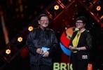 6月27日,2017金沙娱乐成都·金砖国家电影节正式闭幕,下一届电影节将在南非举办,韩庚在闭幕式上作为大使助力两国完成了交接仪式。当晚颁发了本届电影节最佳影片、最佳导演、最佳男演员、最佳女演员、评委会特别奖,以及今年特别设置的艺术贡献奖。最终,周冬雨凭借《七月与安生》摘得影后,另一部国产参赛片《湄公河行动》则遗憾未得奖,由贾樟柯监制并导演的首部金砖五国合拍片《时间去哪儿了?》获得了艺术贡献奖殊荣。