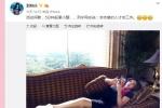 刘晓庆活动间歇沙发上小憩 皮肤紧致貌美依旧