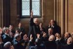 《至暗时刻》预告 丘吉尔临危受命重现著名演说
