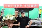 7月16日,吴磊发布了其参演的古装大片《影》的杀青合影,并撰文感恩影片导演张艺谋及剧组所有人员。