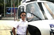 吴京架直升飞机炫酷出场 上天入海宣传《战狼2》