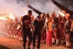 在电影《龙之战》中,除了刘佩琦的精湛演技和曹云金与罗瑜焜的卖力出演广受好评外,惊险的爆破场面和群演的辛苦演出同样博人眼球。为了严谨和安全,在片场记者发现,剧组每一个炸点认真布置,连炸弹道具的制作也是细致入微。
