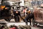 """单日4.3亿,《战狼2》继首周末以3.67亿创下华语电影单日票房纪录后,在上映的第二个周末,连续两天刷新该纪录,实现了自我的超越。逆跌的两波高点也让网友开玩笑到,《战狼2》走出了一条神似""""蝙蝠侠""""、""""二哈""""的曲线。广大""""精神股东""""的调侃和传播,让《战狼2》的票房、演员、甚至美工都成了热议的话题。"""