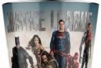 """华纳的超级英雄新片《正义联盟》曝光了两张新海报,亨利·卡维尔饰演的""""超人""""再度缺席,引发许多粉丝猜测。海报以黑色为背景,主角身上的黄色柔光令人想起话剧舞台上倾泻下来的光束,为几位超级英雄蒙上一层神秘的色彩。""""神奇女侠""""、""""闪电侠""""、""""钢骨""""、""""蝙蝠侠""""与""""海王""""踌躇满志,准备与想要袭击地球的邪恶势力相对抗。"""