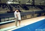 婚照中,吴敏霞与老公张效诚尽显甜蜜,更在跳水台上上演亲吻杀。