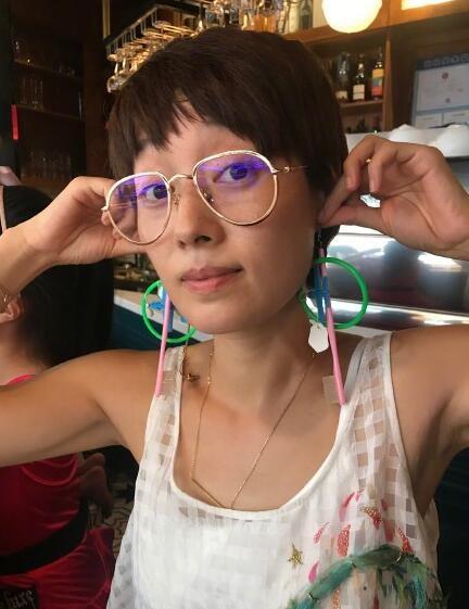 马伊琍素颜出镜 塑料管耳环十分抢镜