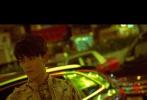 此次香港街拍曝光,观众仿佛看到三石弟弟拍摄港片的模样。