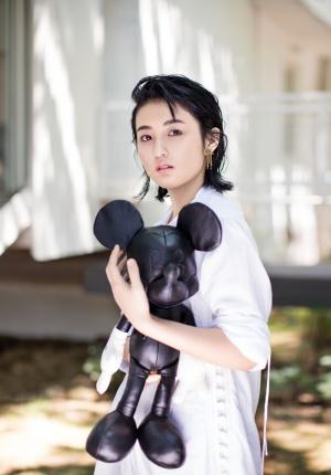 张子枫杂志大片上线 多种造型解读00后新风尚