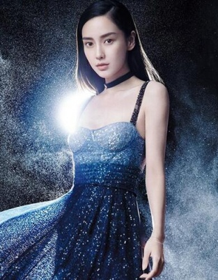 辣妈Angelababy再登杂志封面 诠释无垠星空魅力
