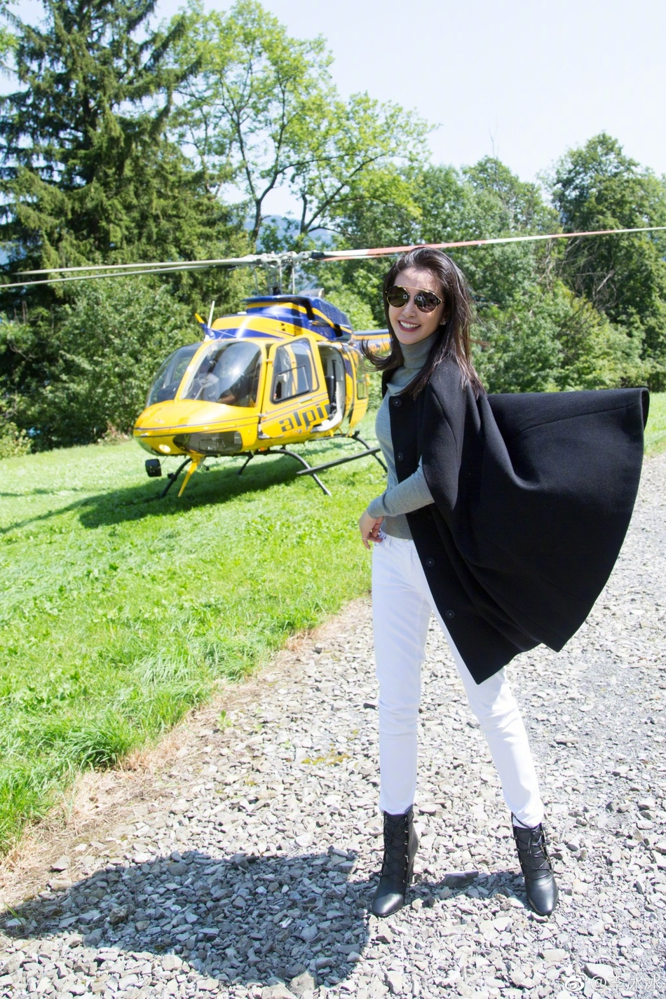 恋爱中的李冰冰开心晒新照 坐直升机游玩看风景