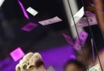 """北京时间8月28日上午,2017年MTV音乐录影带奖颁奖典礼在美举行,现场大咖云集、星光熠熠。流行歌手麻辣鸡""""妮琪·米娜以粉色紧身衣亮相红毯,热辣身材一览无遗、""""水果姐""""凯蒂·佩里金色短发配白色抹胸长裙,优雅又不失性感、洛德此次以一身紫色羽毛长裙出席,仙气十足,而此次获成就奖的Pink一家三口齐聚红毯,衣着依然十分rock!"""