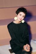张歆艺一身黑裙现身时尚活动 时髦短发显俏皮