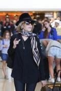 简·方达抵达威尼斯沙龙网上娱乐节 机场街拍女王帅气比V