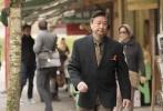 近日,由华裔导演沈小艾执导,郑佩佩、马志、吴珊卓主演的第42届多伦多电影节参展片《冥想公园》首发剧照。剧照中,郑佩佩可谓是响当当的主角,她时而在街头与人微笑搭讪,时而眉头紧锁的站在女儿旁边,似乎总有操不完的心。而看似信心满满的她,却被一条偶然出现在丈夫衣物里的女士内裤打乱了阵脚。