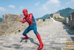 """好莱坞科幻冒险动作巨制《蜘蛛侠:英雄归来》将于9月8日以3D、IMAX3D、金沙娱乐巨幕3D制式正式上映,目前已在各大购票平台及全国影院开启预售!导演乔·沃茨和蜘蛛侠汤姆·赫兰德的首次金沙娱乐行着实是精彩纷呈,不仅领略传统文化的博大精深,秀书法挥斥方遒,学古筝一展琴技,还感受了一番""""不到长城非好汉""""的英雄豪情,与电影金沙娱乐区嘻哈大使PG ONE会师长城,上演了一幕双雄""""吐丝""""的超英技能大比拼!"""