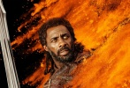 """日前,《雷神3:诸神黄昏》发布了首款幕后花絮,除了""""锤哥""""克里斯·海姆斯沃斯的健身日常镜头外,""""锤哥""""本人现身回答了几个有关影片的问题。视频中,我们还能看到""""锤哥""""在绿幕前吊威亚的表演,以及饰演雷神的替身演员与""""锤哥""""同框出现,""""锤哥""""还用锤子顶洛基的脸。"""