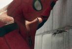 """该片还新近曝光一支""""双倍惊喜""""宣传片。蜘蛛侠饰演者汤姆·赫兰德分身成黑白两个荷兰弟,一个站立地面,一个倒挂天花板,共同为新片宣传造势。在这支""""双倍惊喜""""视频中,小蜘蛛荷兰弟与自己的""""克隆兄弟""""神奇同框,并以正反两种姿态创意出镜,一同为自己的新片宣传造势。除了号召大家走进影院观看电影《蜘蛛侠:英雄归来》外,视频中站立的荷兰弟还对房间中的另一个自己能够轻松倒挂在天花板上的技能耿耿于怀:""""你是怎么做到的?好烦人。""""""""因为我有超能力,显然你并没有,不好意思啦兄弟。"""""""