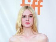 艾丽·范宁亮相多伦多电影节 一身粉裙尽显青春范