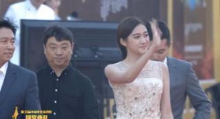 《一纸婚约》剧组齐齐亮相 关晓彤尽显淑女范