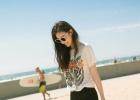 倪妮沙滩随性拍照 新作《凰权》转湖南卫视播出