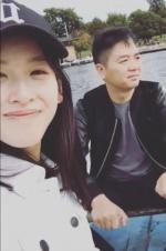 章泽天晒合影再秀恩爱,刘强东卖力为她摇桨划船